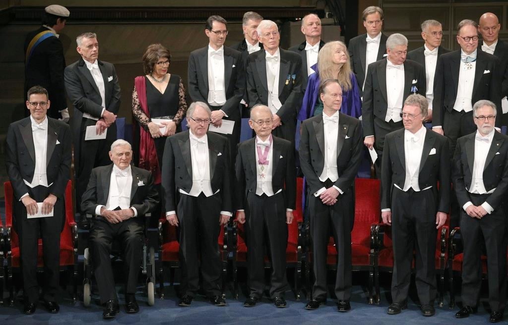 ノーベル賞授賞式に臨む吉野彰・旭化成名誉フェロー(前列中央)=10日、ストックホルムのコンサートホール(代表撮影・共同)