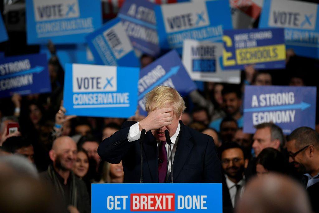 総選挙での支持を呼び掛けるジョンソン英首相=10日、マンチェスター(ロイター)