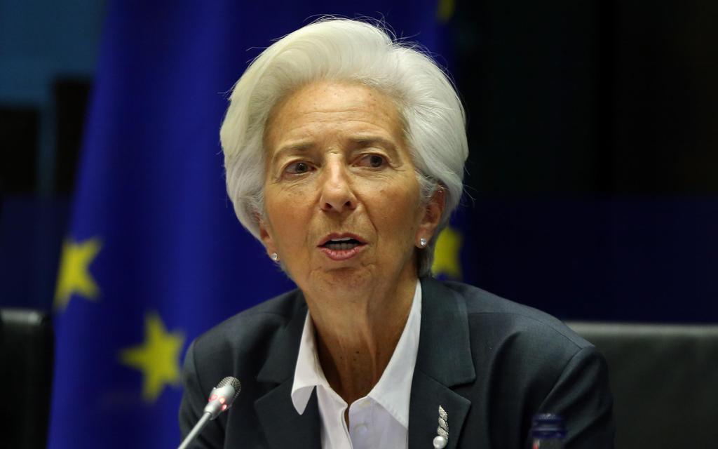 2日、ブリュッセルでの欧州議会の経済関連会議で発言するラガルドECB総裁(ゲッティ=共同)
