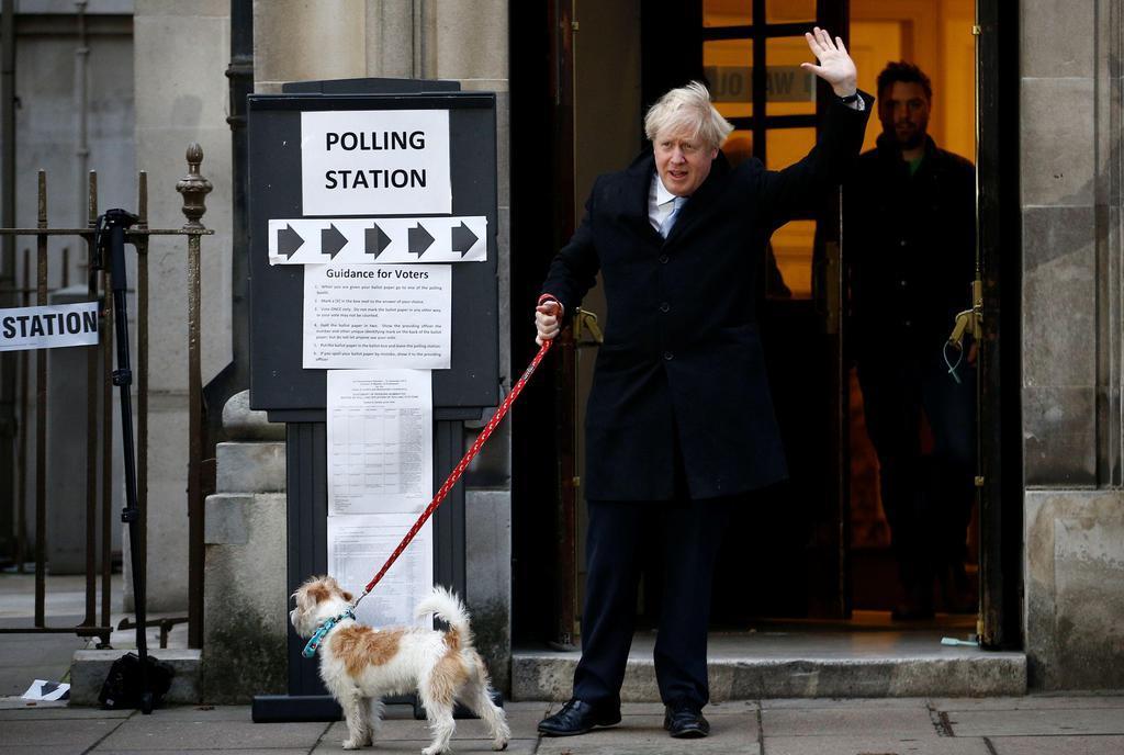 12日、英ロンドンで投票を終え、投票所から出るジョンソン首相(ロイター)