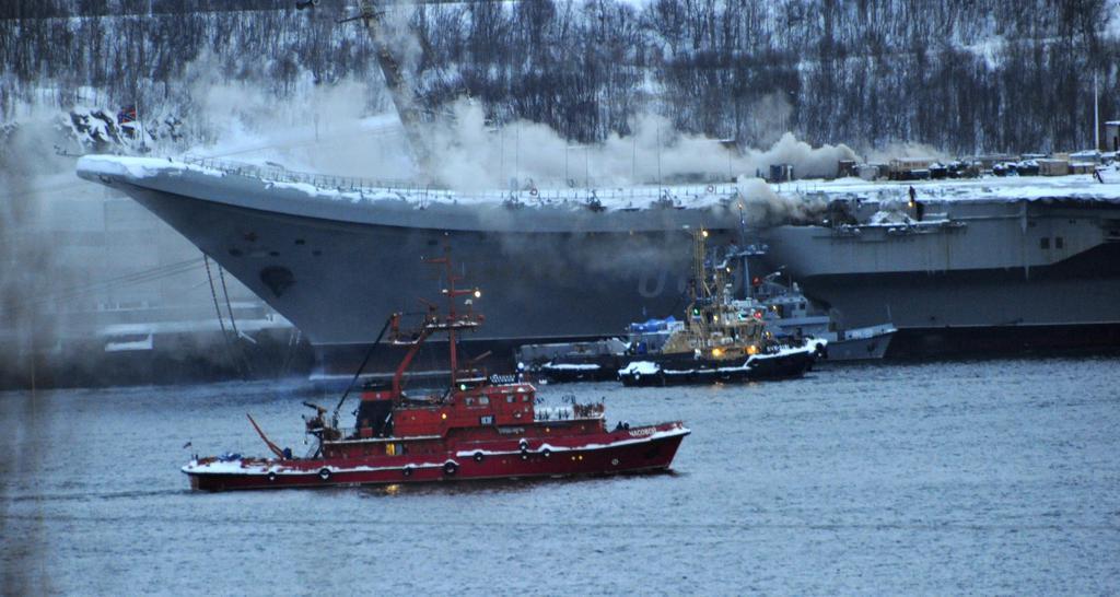 12日、ロシア北西部ムルマンスクで火災を起こした北方艦隊所属の空母「アドミラル・クズネツォフ」(タス=共同)