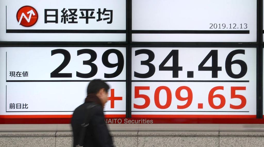 高値で推移する日経平均株価を示すボード=13日午前、東京・茅場町(桐山弘太撮影)