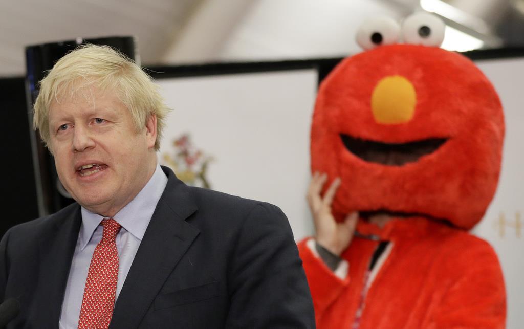 開票結果を見守るジョンソン英首相(左)=13日、ロンドン