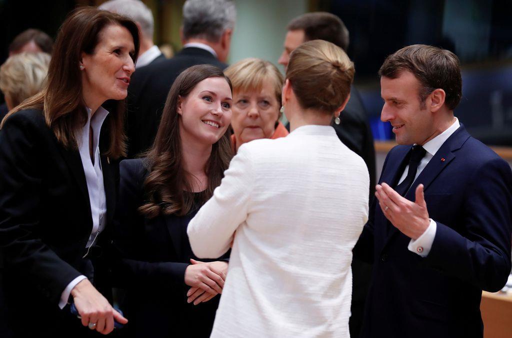 欧州連合(EU)首脳会議で各国首脳と話すフィンランドのマリーン首相(左から2番目)=12日、ベルギー・ブリュッセル(ロイター)