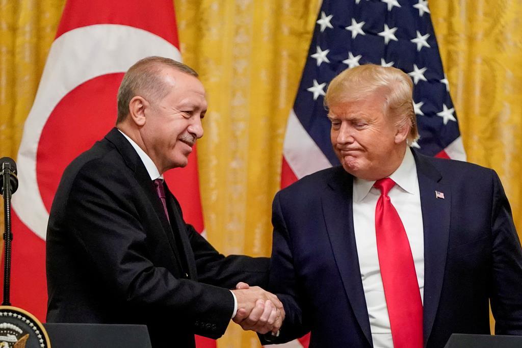 トルコのエルドアン大統領(左)と握手するトランプ米大統領=11月13日、ワシントン(ロイター)
