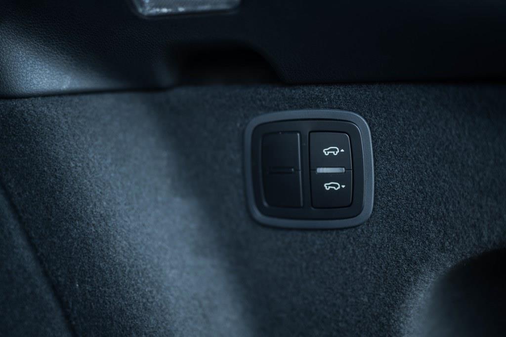 オプションのアダプティブエアサスペンション装着モデルは、ラゲッジルームサイドに車高調整スウィッチ付き。