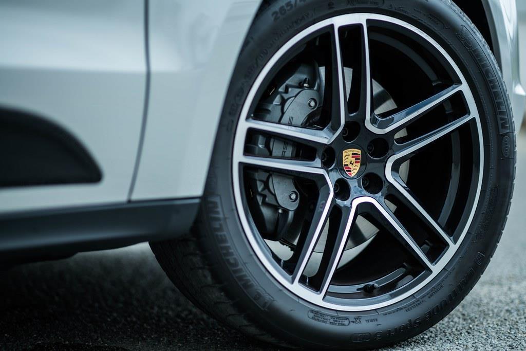 タイヤサイズはフロント235/60R18、リア255/55R18。試乗車のアルミホイールはオプションのマカン ターボ用の20インチ。