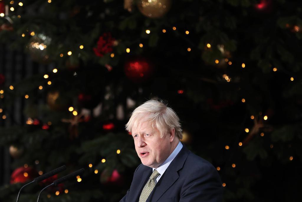 首相官邸前で演説するジョンソン英首相=13日、ロンドンの(ゲッティ=共同)