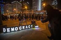 香港、デモ参加の5人逮捕 殺人容疑、70歳男性死亡で