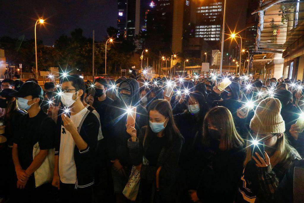 15日夜、大通りをデモ行進する香港市民(ロイター)