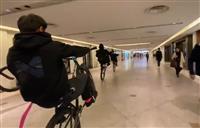 大阪・ミナミの商業ビル自転車暴走 6人を書類送検