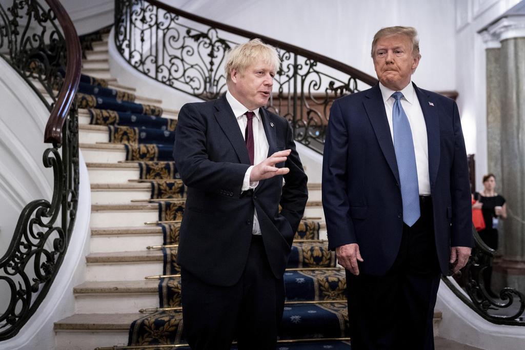 英首相(左)とトランプ米大統領=フランス・ビアリッツ(AP)