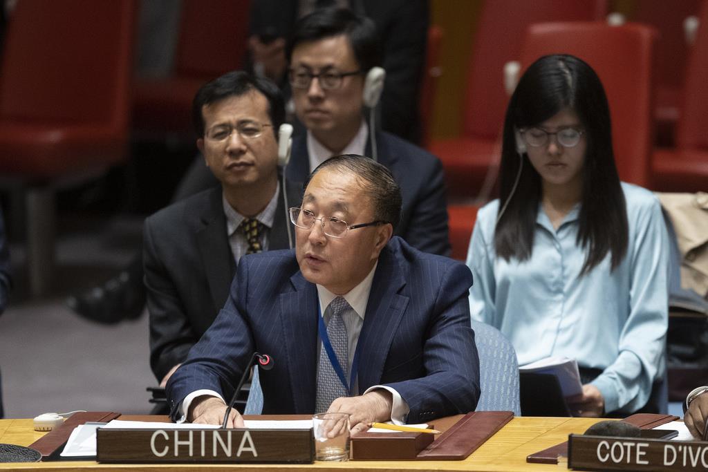安保理で発言する中国の張軍・国連大使=10月24日、国連本部(AP)