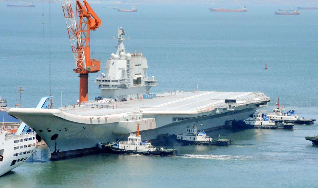 初めての試験航行を終え中国遼寧省大連の港に戻った国産空母「山東」(共同)