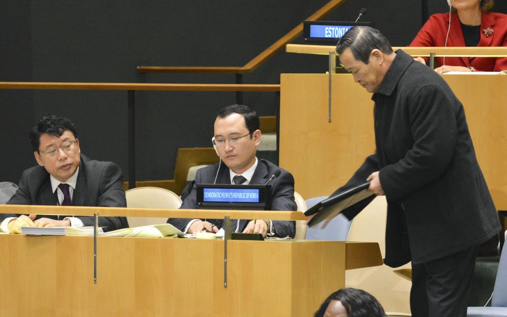 国連総会本会議での演説を終え、途中退席する北朝鮮の金星国連大使(右)=18日、米ニューヨーク(共同)