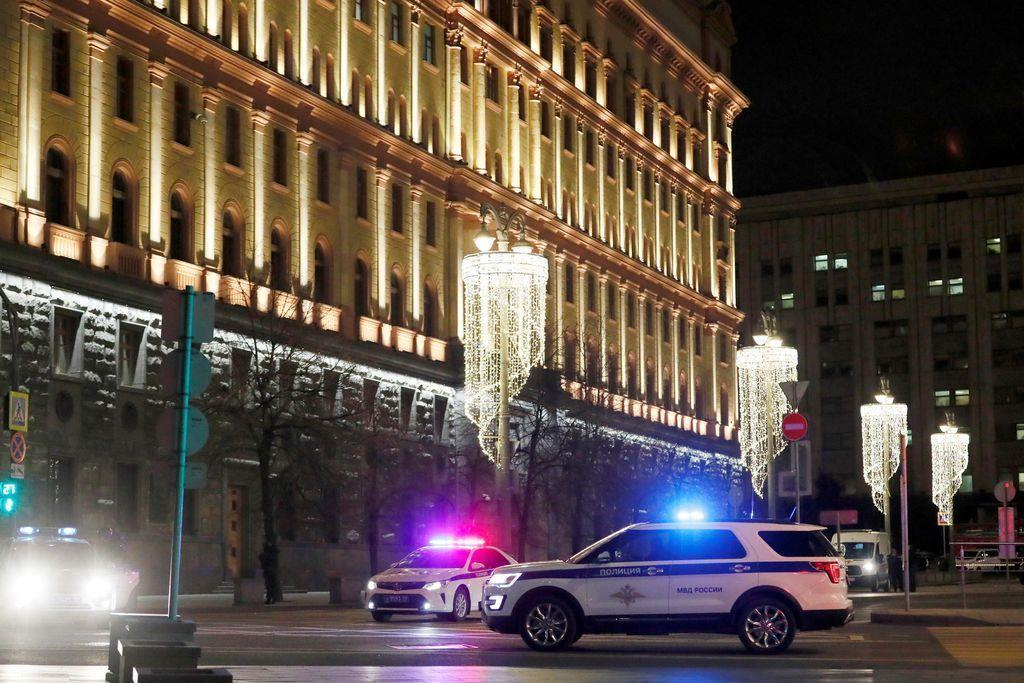 発砲事件が起きたロシア連邦保安局(FSB)の建物付近=19日夜(日本時間20日未明)、ロイター