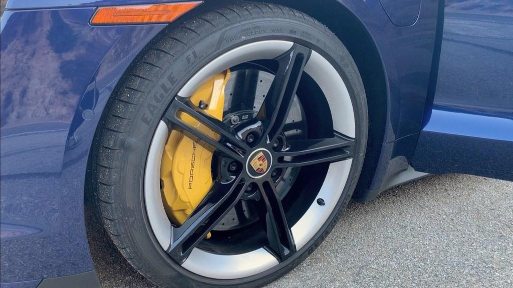 ポルシェ タイカン|PORSCHE TAYCANブレーキフィールにこだわるポルシェらしく、機械式ブレーキと回生ブレーキの切り替わりなどで違和感はなし。走行モードによっては回生ブレーキを完全にオフにすることもできる。