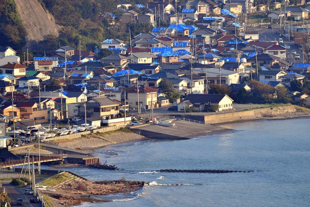 台風15号で大きな被害を受け、家屋の屋根がブルーシートで覆われていた千葉県鋸南町=10月(鴨川一也撮影)