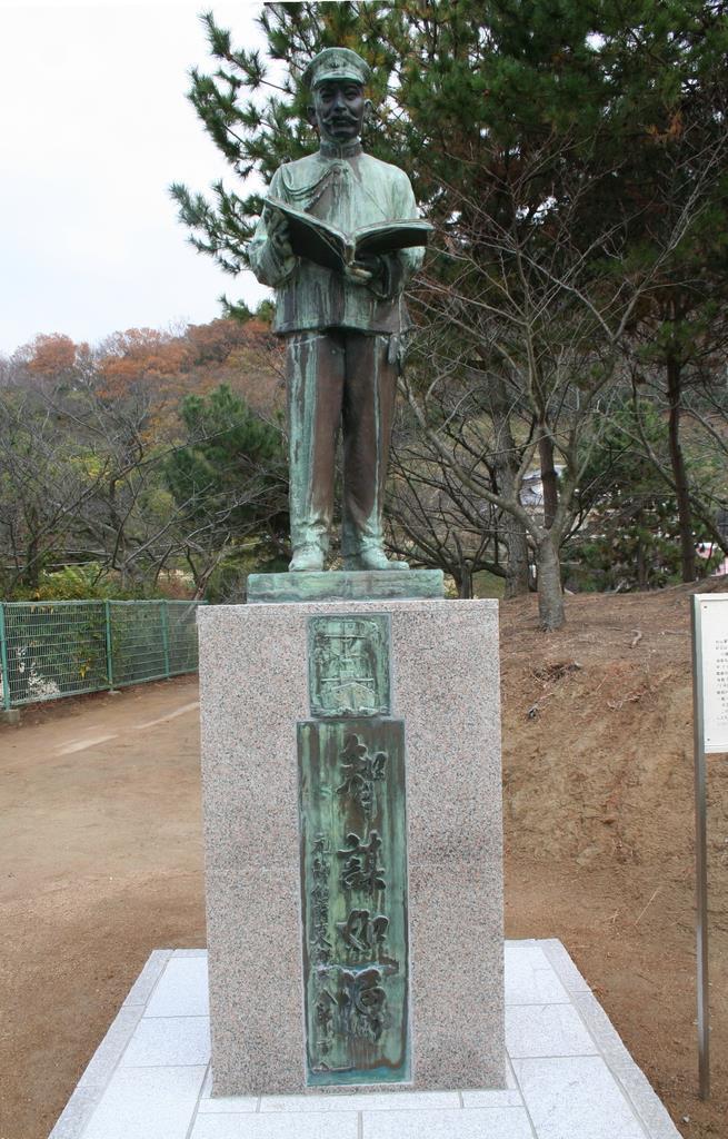 見晴山に移築された秋山真之の像