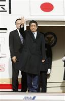 安倍首相、中国成都に到着 日中韓サミットと日韓首脳会談へ