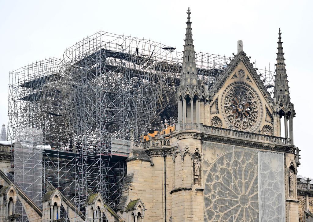 復旧作業の足場が組まれたノートルダム大聖堂=5月