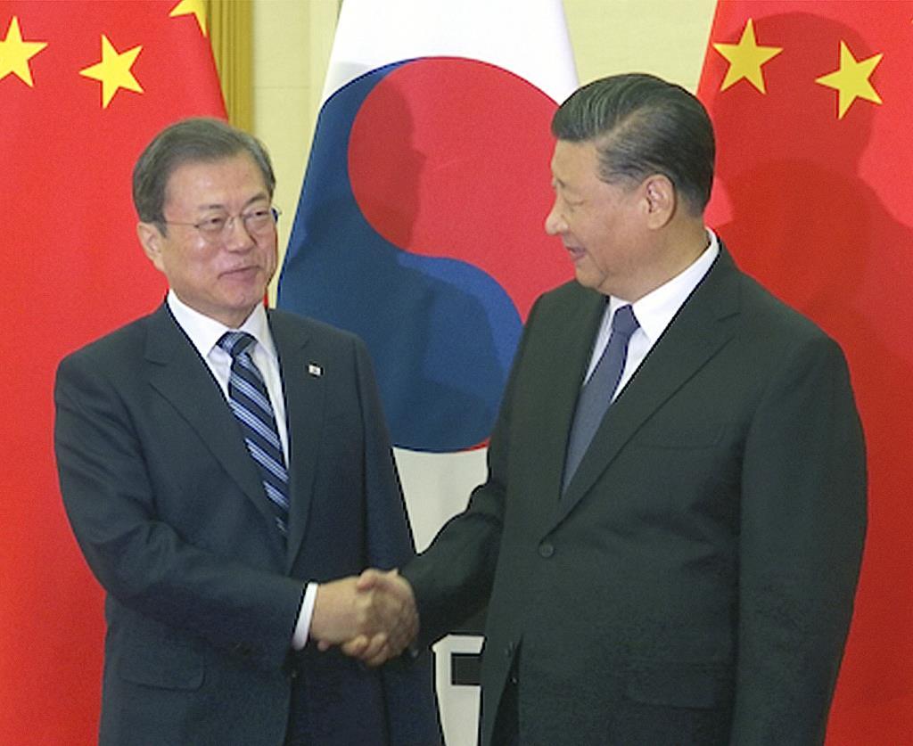中国の習近平国家主席と会談する韓国の文在寅大統領(左)=12月23日、北京(AP)