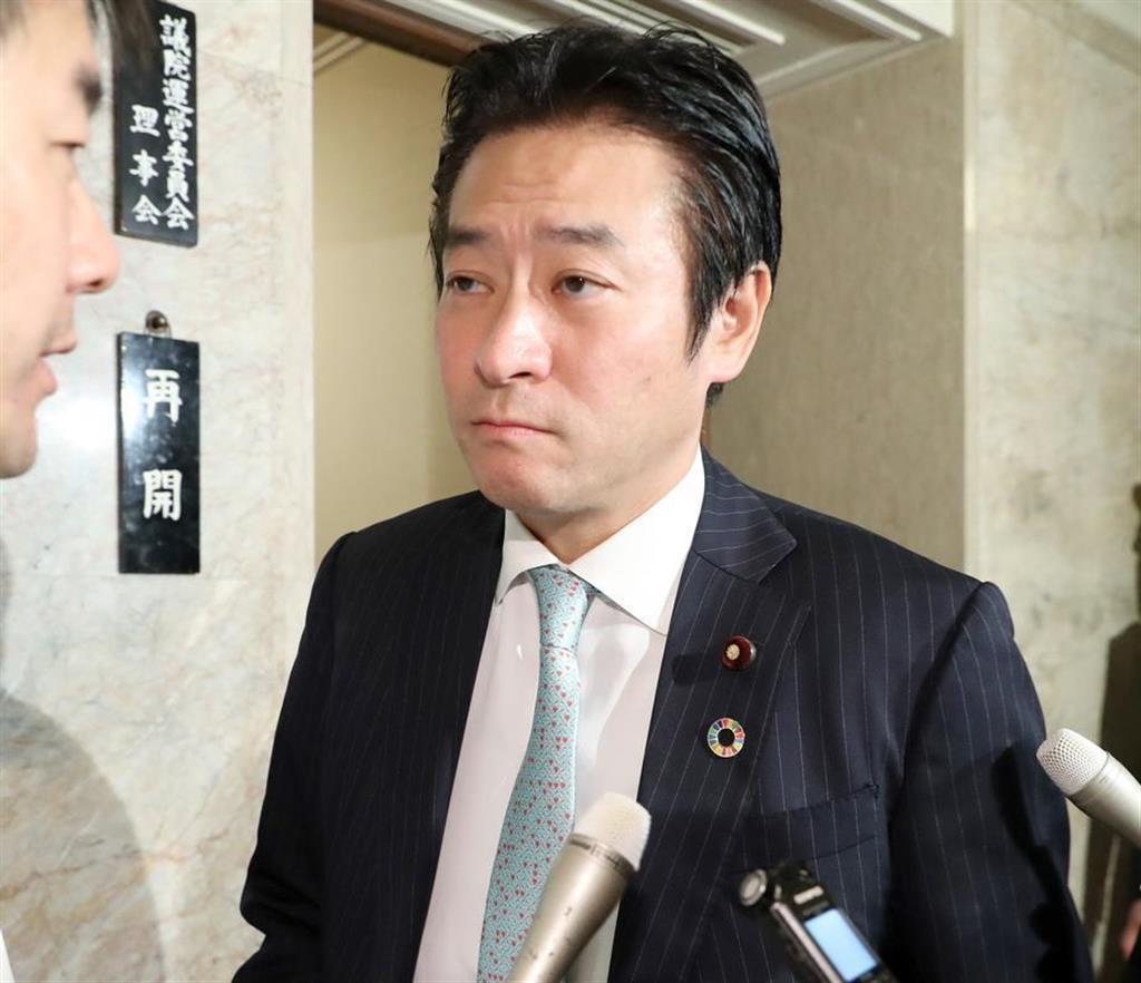 記者団から質問される自民党・秋元司衆議院議員=9日午後、国会内(春名中撮影)
