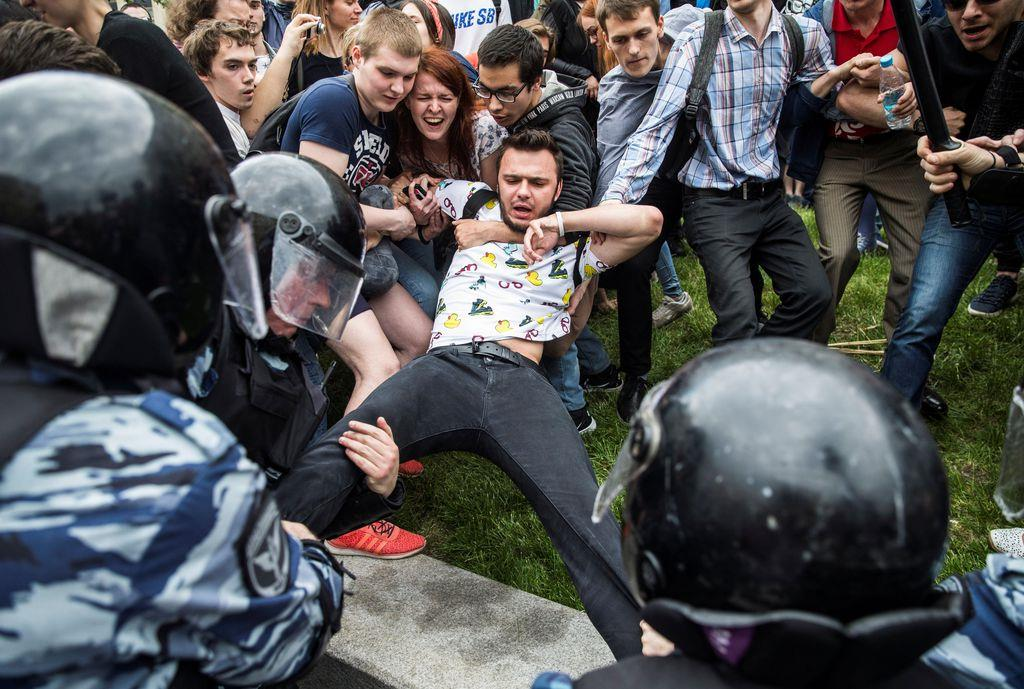 身柄を拘束されそうになる、ロシアの反体制派団体幹部のルスラン・シャベデディノフ氏=2017年6月、モスクワ(ロイター)