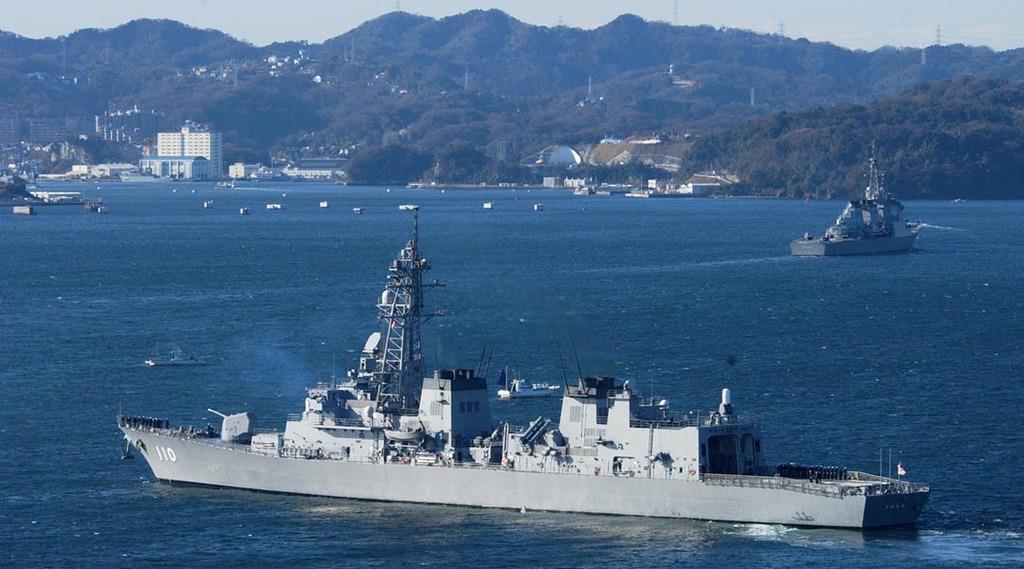 スマトラ沖地震によるタイ周辺の支援活動を終え、帰国した自衛隊の護衛艦「たかなみ」(本社ヘリから)