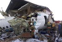 カザフで墜落、9人死亡 100人乗り旅客機