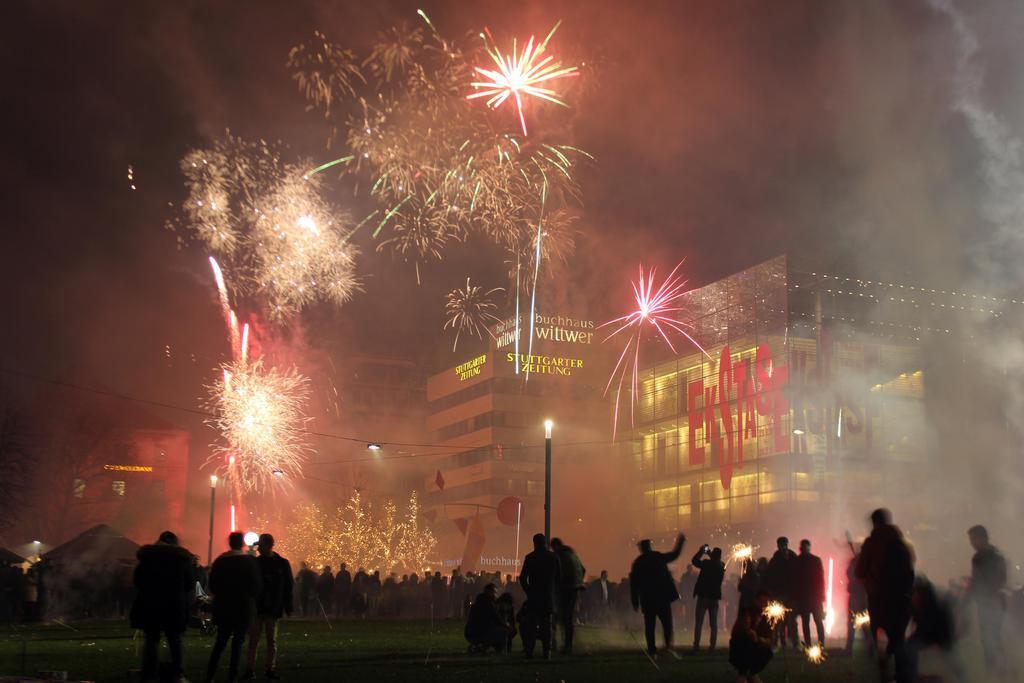 ドイツ南部シュツットガルトで、新年を祝い打ち上げられた花火=2018年12月31日(ゲッティ=共同)