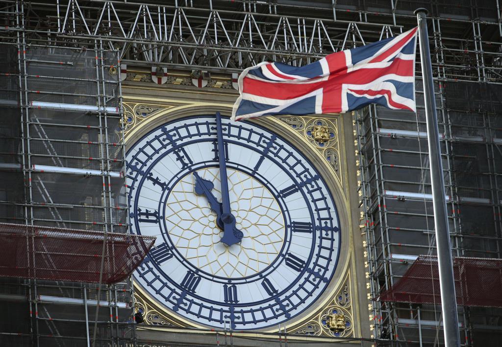 ビッグベンの時計と英国旗=ロンドン(AP)