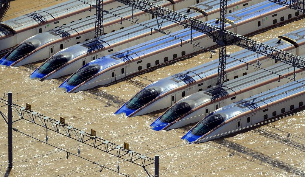 台風19号で千曲川の堤防が決壊し、濁流にのまれる北陸新幹線の車両=10月13日、長野市(本社ヘリから)流にのまれる北陸新幹線の車両=13日午前、長野市(本社ヘリから、恵守乾撮影)