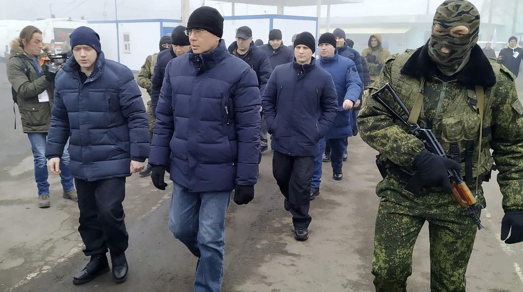 親露派武装勢力兵士につきそわれる捕虜=29日、ウクライナ東部(AP)