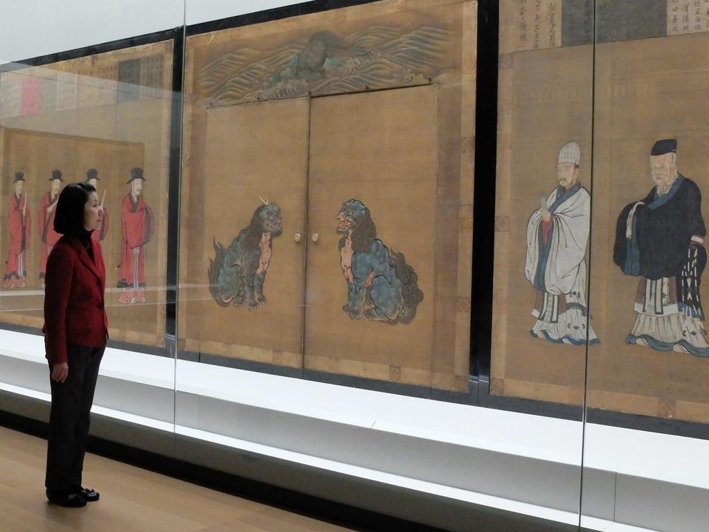 京都御所以外で初めてすべての面が公開される紫宸殿の「賢聖障子」=京都市東山区