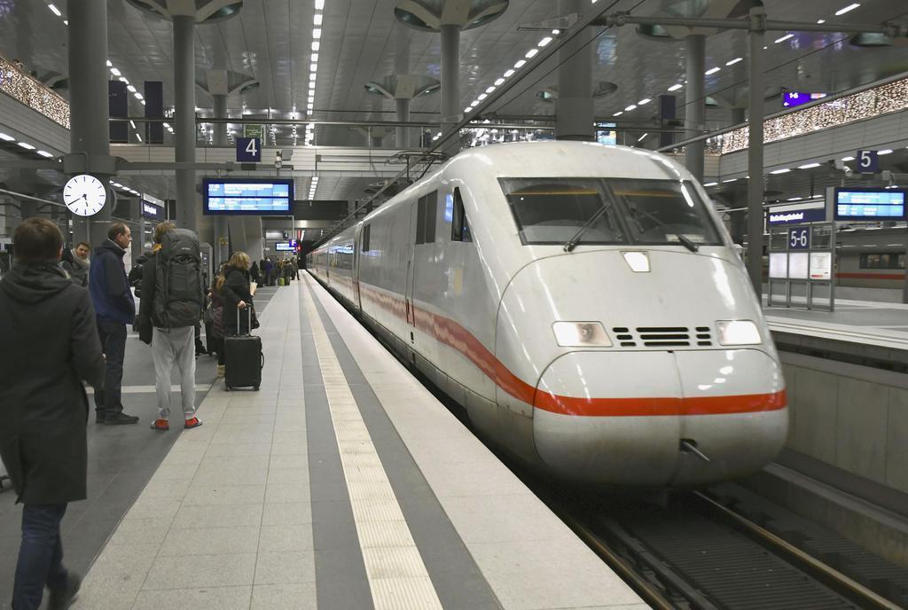29日、ベルリン中央駅に到着したドイツ鉄道の特急(共同)