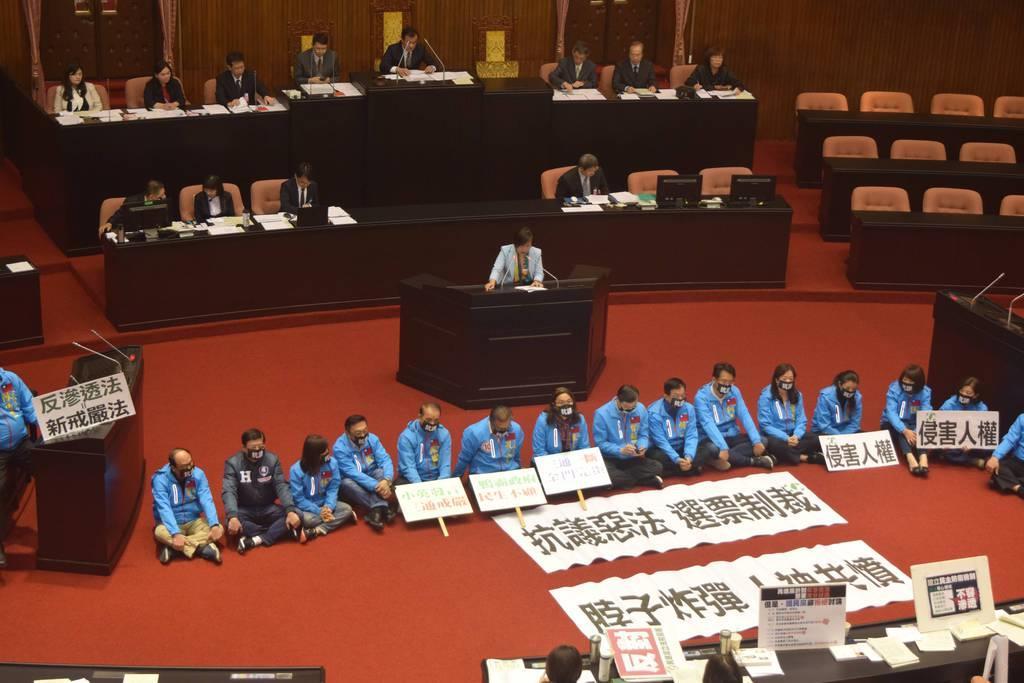 31日、台北市内の立法院で、「反浸透法案」に反対し、本会議場で座り込む国民党の立法委員ら(田中靖人撮影)