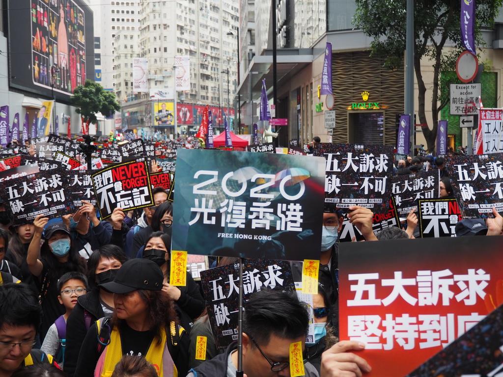 デモ行進には「2020年に香港を取り戻せ」「5大要求を最後まで堅持しよう」などのプラカードが掲げられた=1日、香港(藤本欣也撮影)