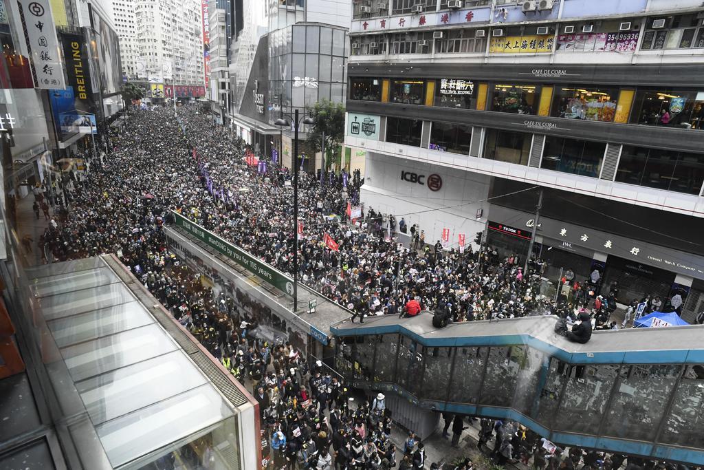 香港中心部で「五大要求」を掲げデモ行進する人たち=1日(共同)