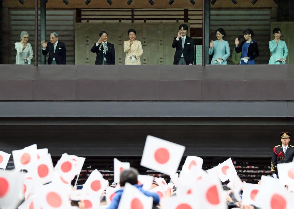 新年一般参賀に臨まれる天皇、皇后両陛下、上皇ご夫妻と皇族方=2日午前、皇居・宮殿(松本健吾撮影)