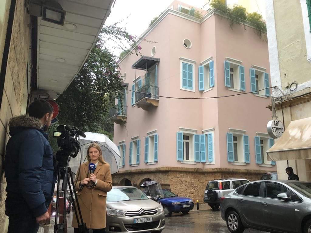 2日、ベイルート・アシュラフィエ地区で、ゴーン被告の邸宅とされる建物前から報道する海外メディア(佐藤貴生撮影)