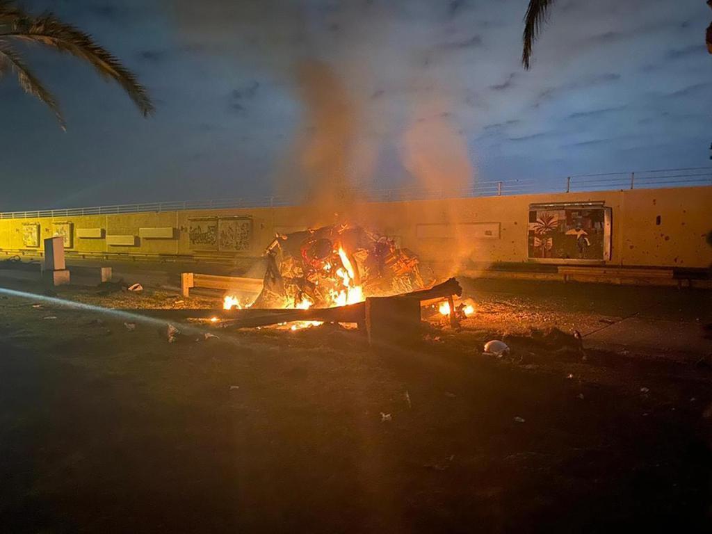 3日、イラクの首都バグダッドの国際空港で、攻撃を受けて炎上する車両(イラク首相府提供、AP)