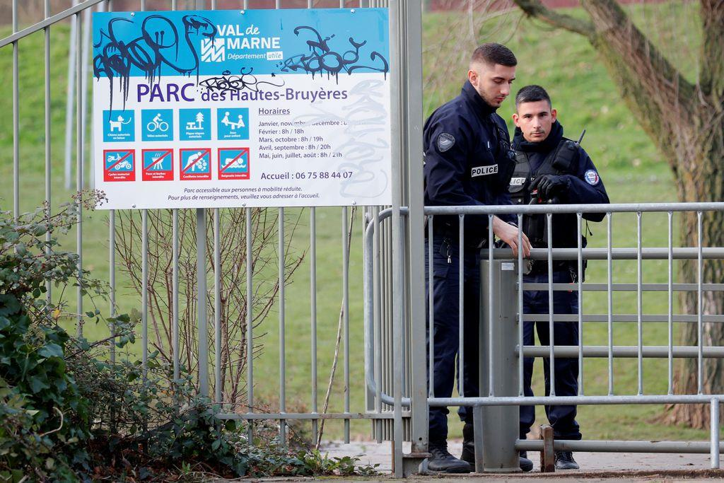 パリの事件現場に立つ警官=3日(ロイター)