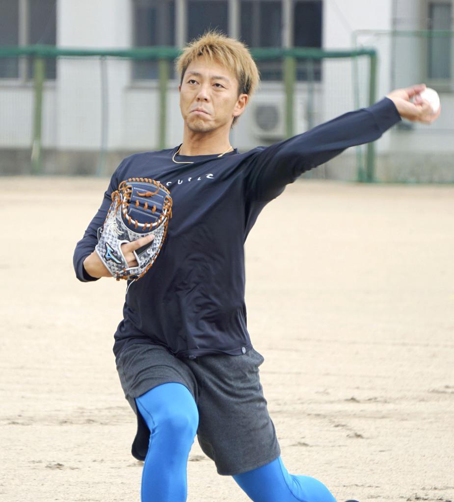 キャッチボールする日本ハム・宮西=4日、兵庫県尼崎市
