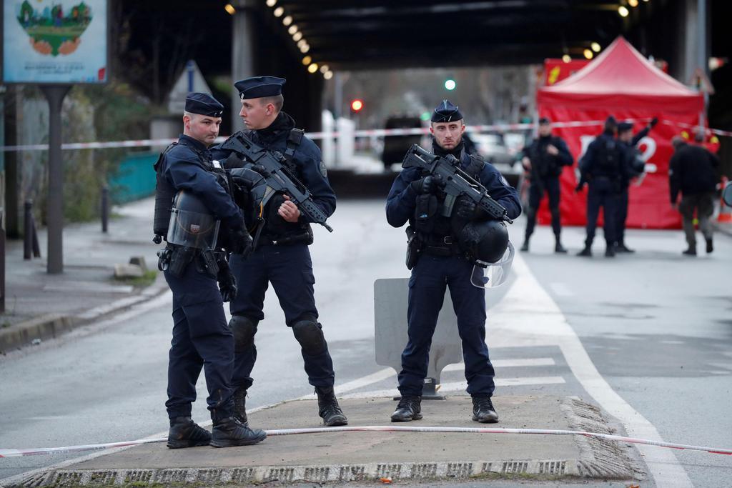 3日、フランス・パリ近郊ビルジュイフで警戒する警察官(ロイター=共同)