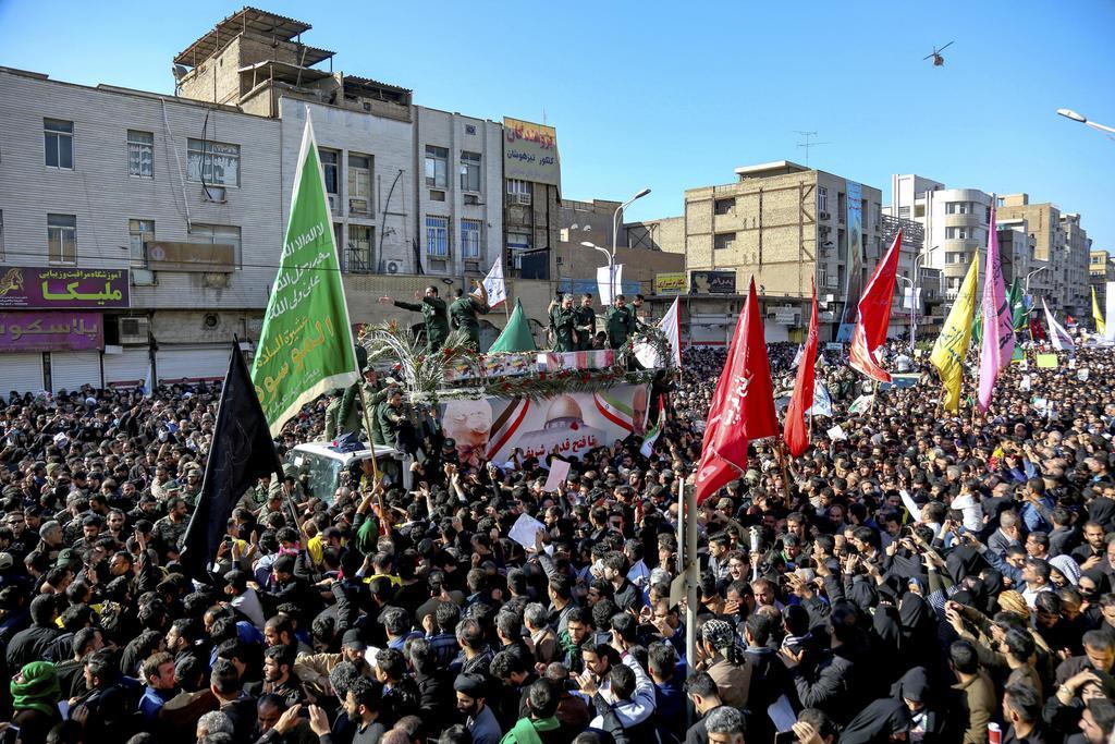 5日、イラン南西部アフワズで「コッズ部隊」のソレイマニ司令官らのひつぎの周りで、葬送に集まった人たち(Alireza Mohammadi/ISNA提供、AP=共同)