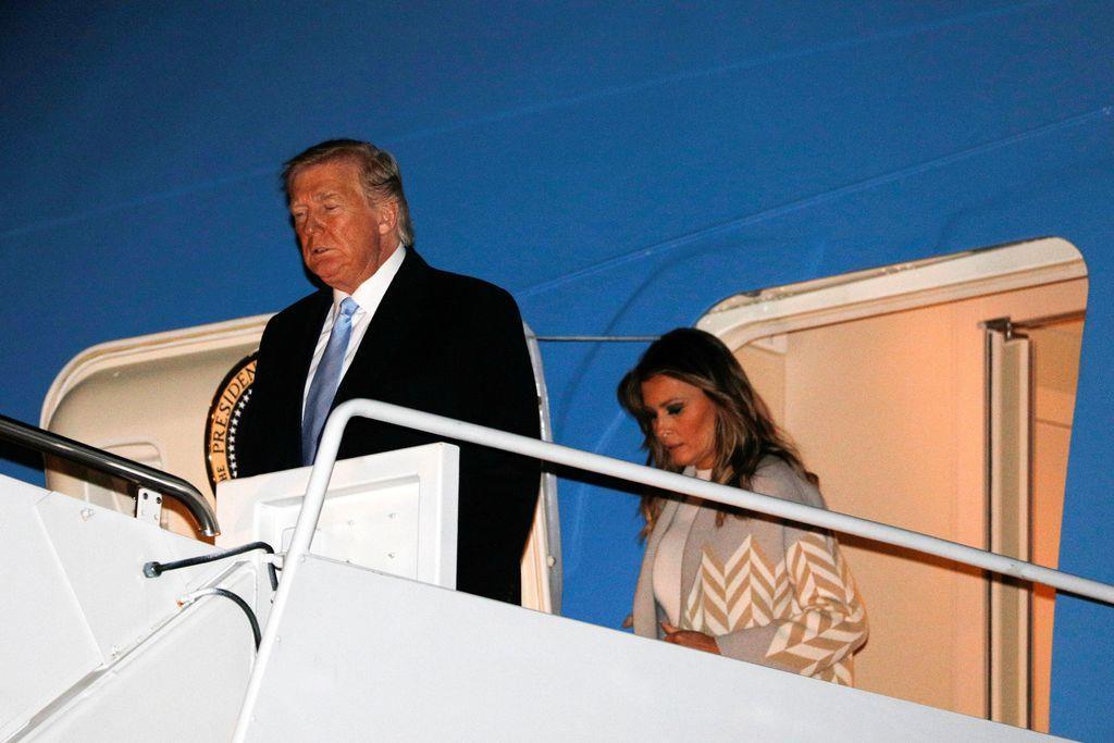 大統領専用機から降りるトランプ米大統領(左)=5日(ロイター)