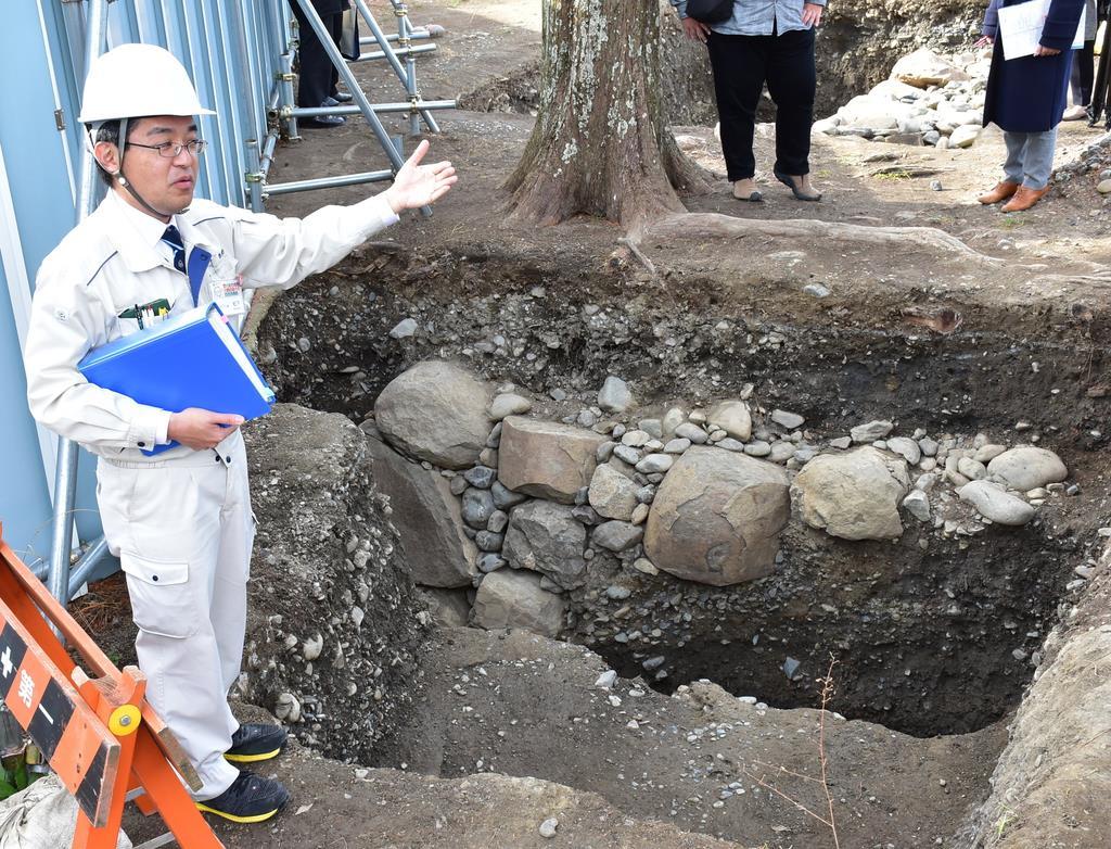 小天守の石垣の発掘状況を説明する市職員=7日、静岡市葵区の駿府城公園(田中万紀撮影)