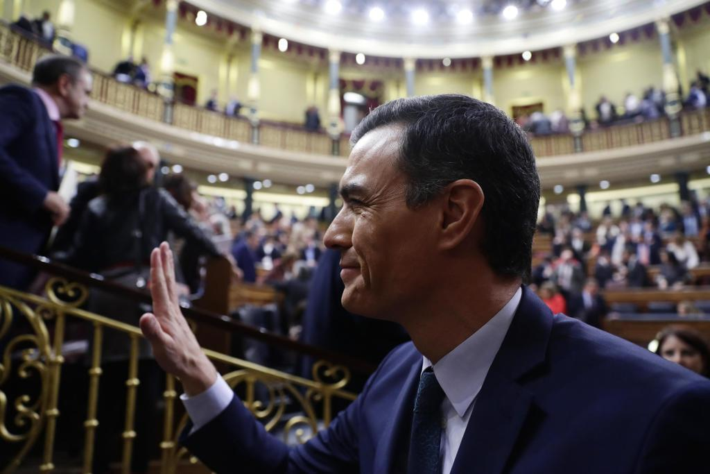 手を振るスペインのサンチェス首相=5日、マドリード(AP=共同)
