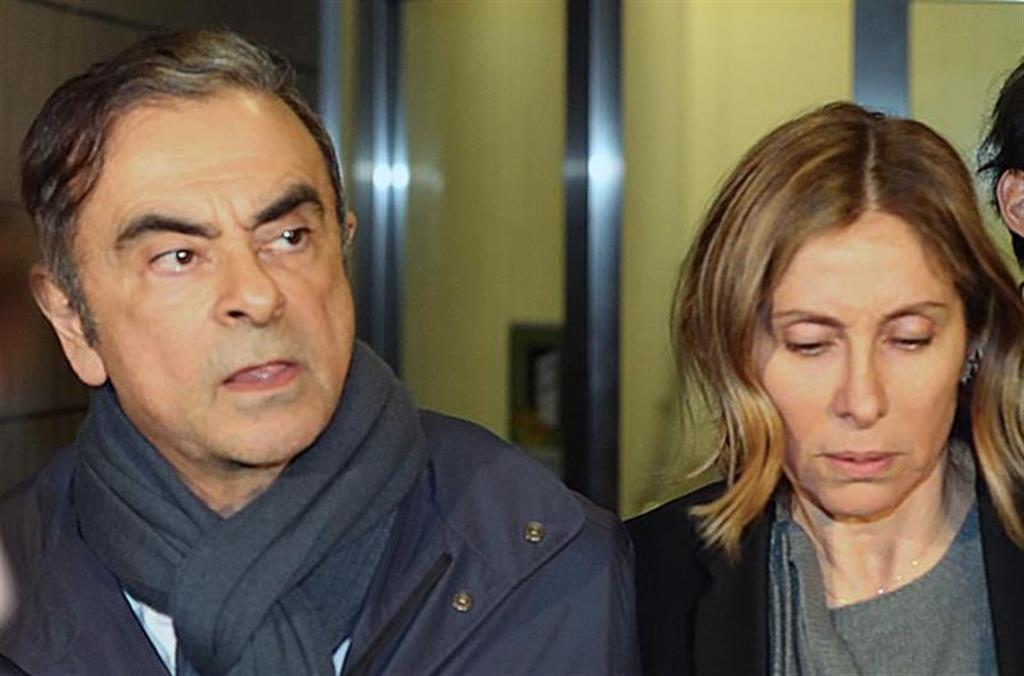 カルロス・ゴーン被告(左)と妻のキャロル・ナハス容疑者(右)